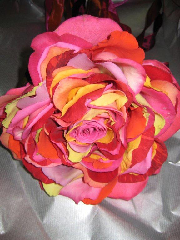 apart klassiek boeket, een roos opgebouwd uit meerdere rozenblaadjes