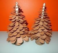 kartonnen kerstboompjes op houten voetje