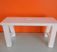 mat wit vensterbank tafeltje, op de maalzolder