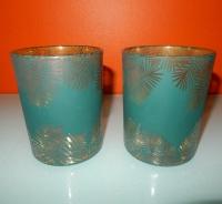 grote groene glazen sfeerlichten, met gouden bladeren