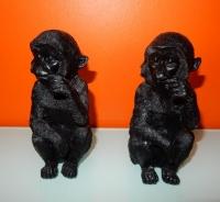 zwarte aapjes kouwend op hun vinger